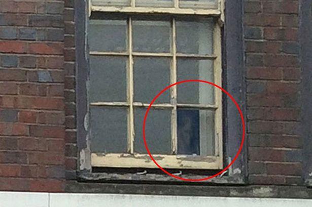 Pabrik besi difoto, hantu perempuan numpang nampang