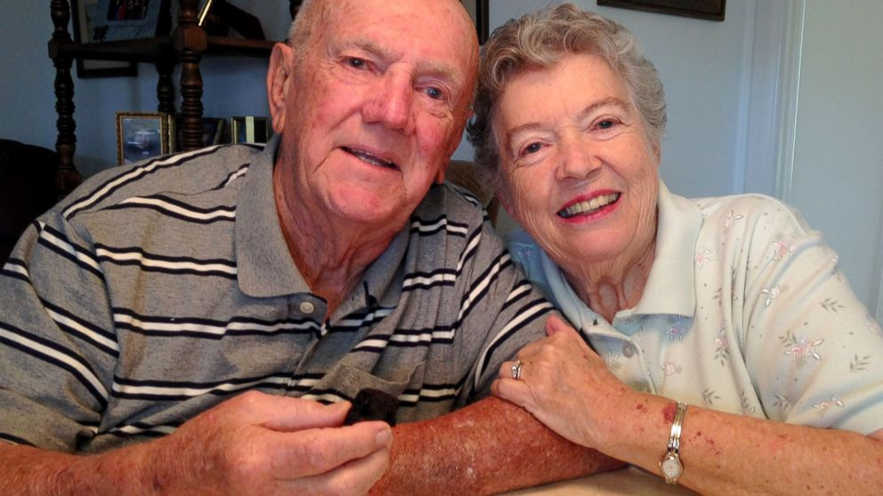 60 Tahun pasangan ini simpan kue pernikahan, lalu dimakan setiap tahun