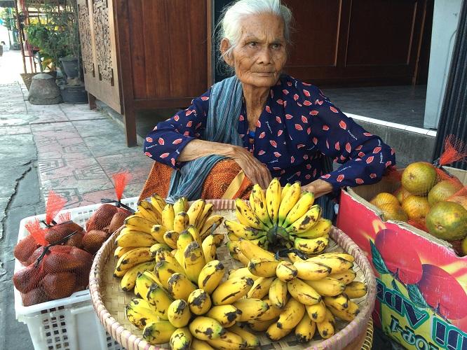 Kisah Mbah Karto, jualan buah untuk biayai hidupnya yang sebatang kara