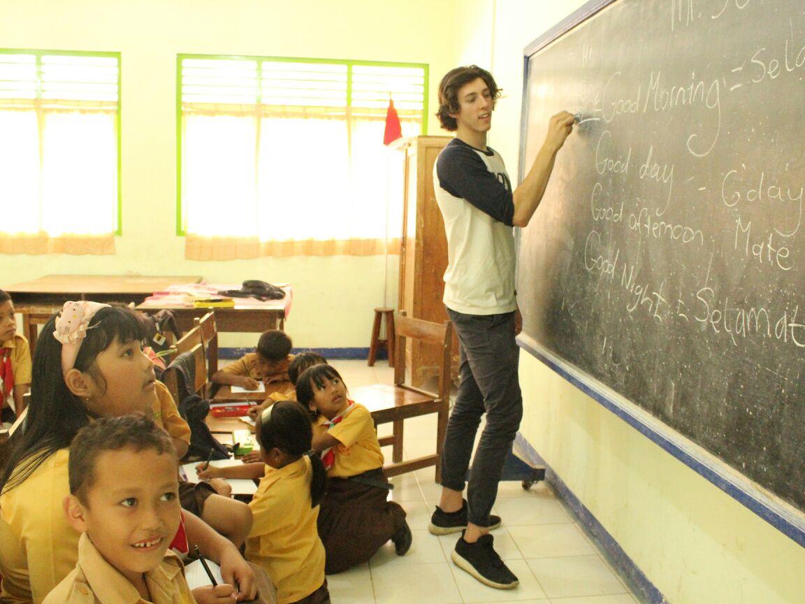 Tak hanya traveling, bule Australia ikut mengajar di pelosok Jogja
