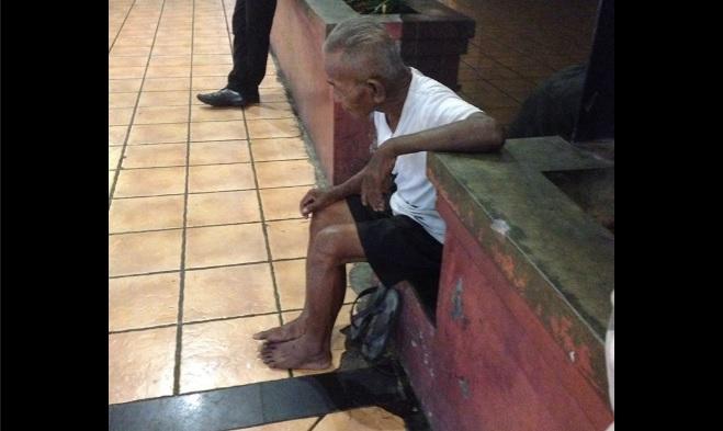 Tak punya keluarga, kakek ini duduk di emperan mal karena kesepian