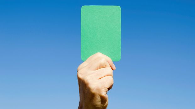 Wasit sepakbola sekarang bawa kartu hijau lho! Artinya apa ya?