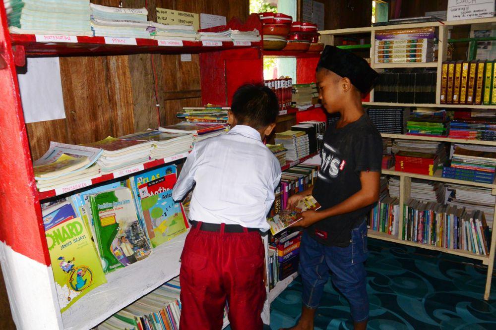 Meski di kolong rumah, anak-anak Tapal Batas semangat menuntut ilmu