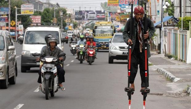 10 Aksi demo unik dan ekstrem di dunia, beberapa ada di Indonesia