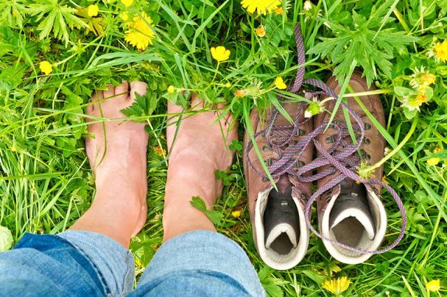 Berjalan telanjang kaki bisa menyembuhkan nyeri dan stres, wow!