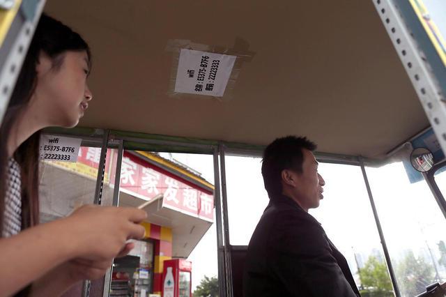 Bajaj ini sediakan iPad dan Wifi gratis untuk penumpangnya, top!
