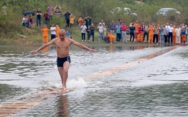 Biksu Shi Liliang berlari 125 meter di atas air, catat rekor baru!