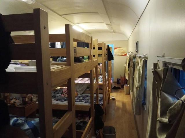 Kereta rongsokan disulap jadi asrama siswa dengan fasilitas keren