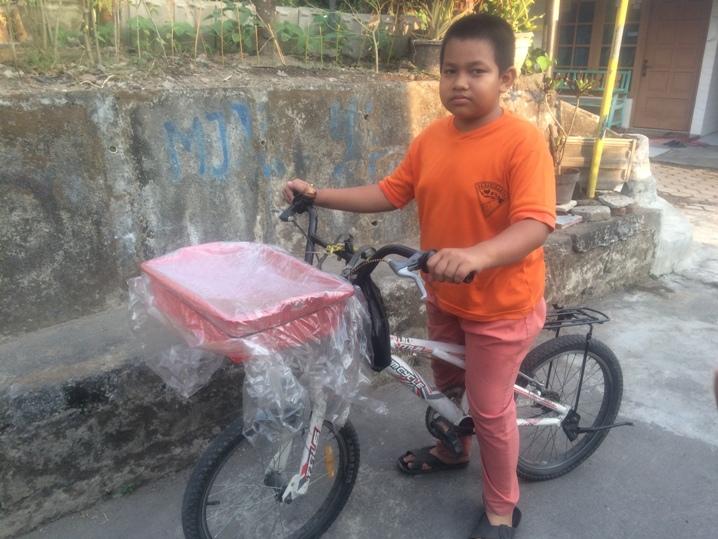 5 Hal yang bisa kamu tiru dari Rizal, bocah SD penjual kue keliling