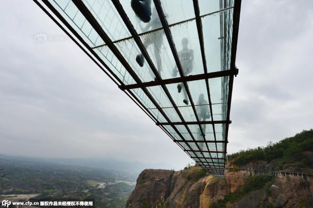 Jembatan gantung kaca ini makin bikin deg-degan yang melewatinya