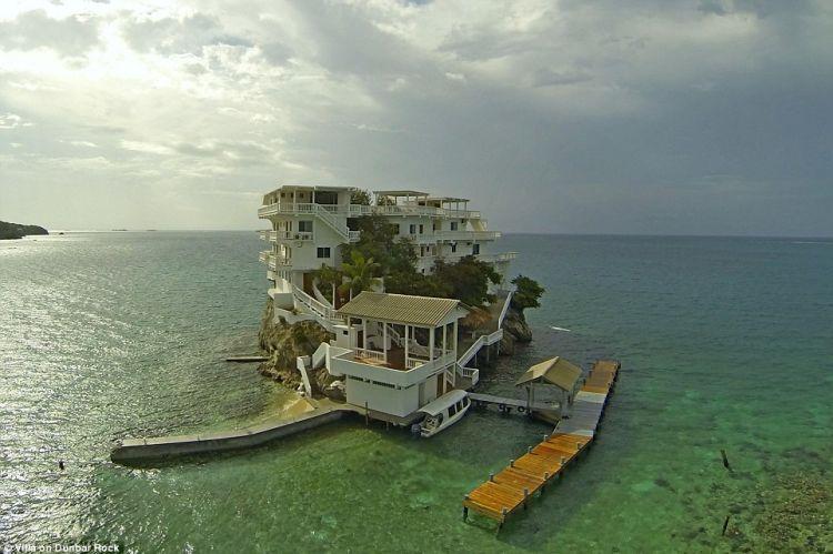 Villa terpencil di atas karang laut, ke sananya harus naik helikopter
