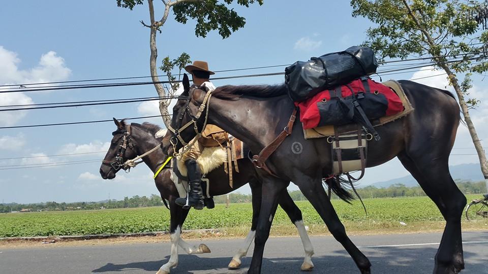 Nirwan, pacu kudanya membelah Pulau Jawa dari Serang menuju Sumba
