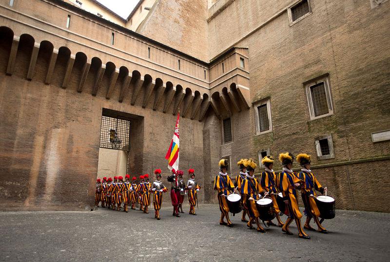 Terlihat seperti cosplayer, pasukan pengawal Paus ini begitu mematikan