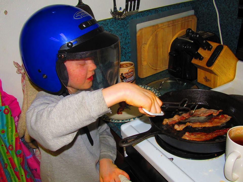 Kelakuan kocak orang yang takut terkena percikan minyak saat memasak