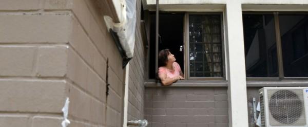 Penghuni flat ini buang kotoran ke atap tetangganya, sungguh terlalu!