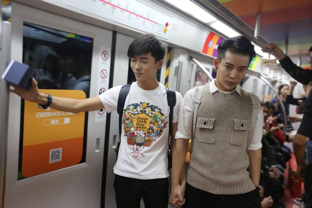 Lamar kekasihnya di kereta, pria ini menuai pro dan kontra  netizen