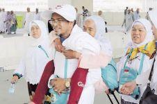 Pria ini gendong sang bunda selama pelaksanaan ibadah haji