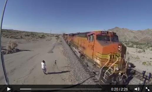Berapa jumlah gerbong kereta ini, ada yang bisa menghitung?