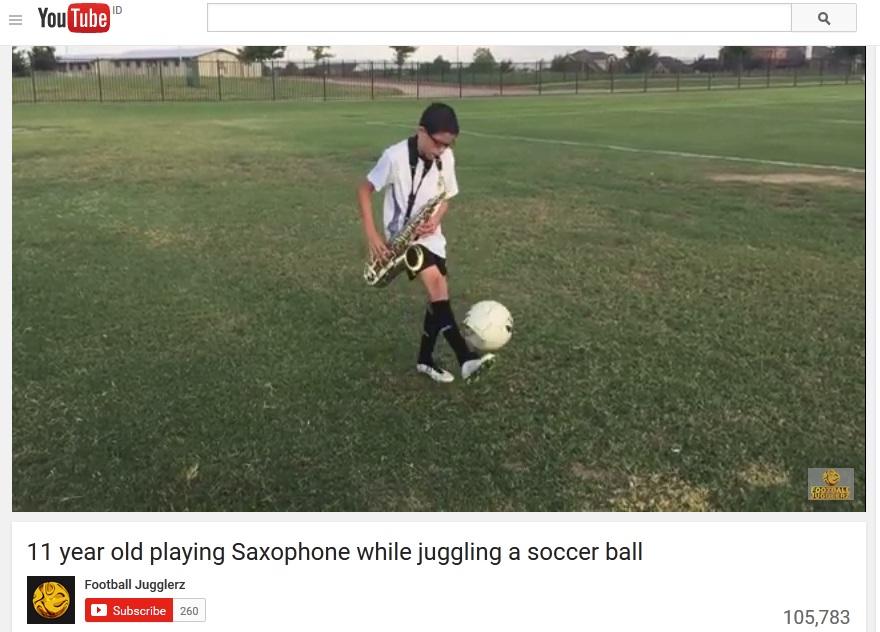 Aksi bocah juggling bola sambil main saksofon bikin berdecak kagum