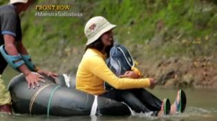 Guru wanita ini seberangi 5 sungai dan 2 jam jalan kaki ke sekolah