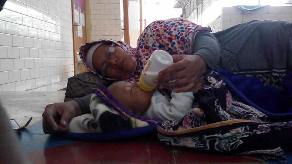 Hendak berobat tak dilayani, bayi & orangtuanya tidur di emperan RS