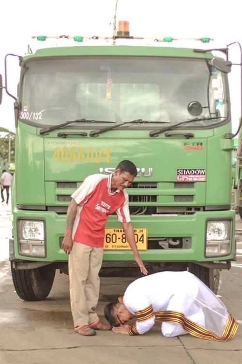 Usai wisuda, pemuda Thailand ini bersimpuh ke sopir truk sampah