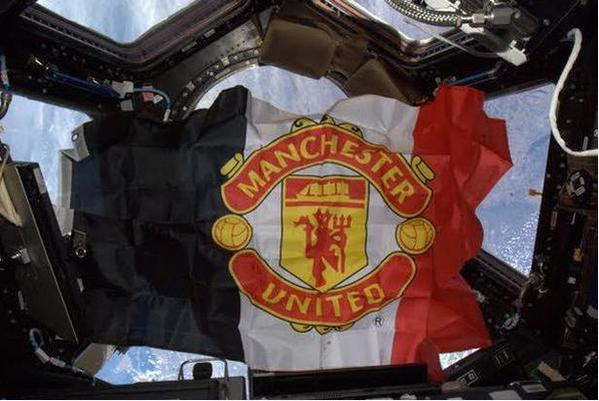 Bendera Manchester United dikibarkan di luar angkasa