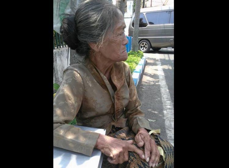 Nenek ini memilih berjualan dengan jalan kaki di usia  70 tahun