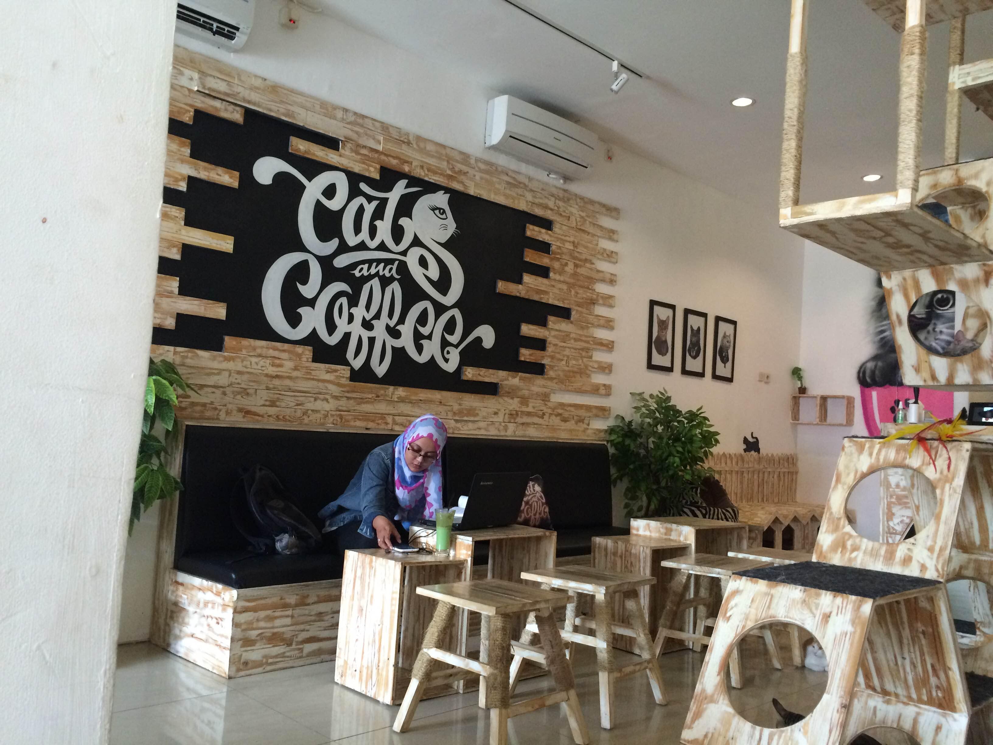 Kafe ini menunya sepele, tapi aturannya sederet & orang rela antre