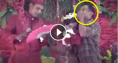 Dengar lagu Soleha, pria nangis diduga di pernikahan mantan istrinya