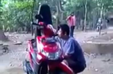 VIDEO: Preteli motor, anak ini diomeli ibunya 6 menit lamanya