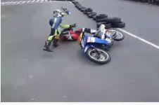 VIDEO: Tabrakan di sirkuit, pembalap ini naik pitam