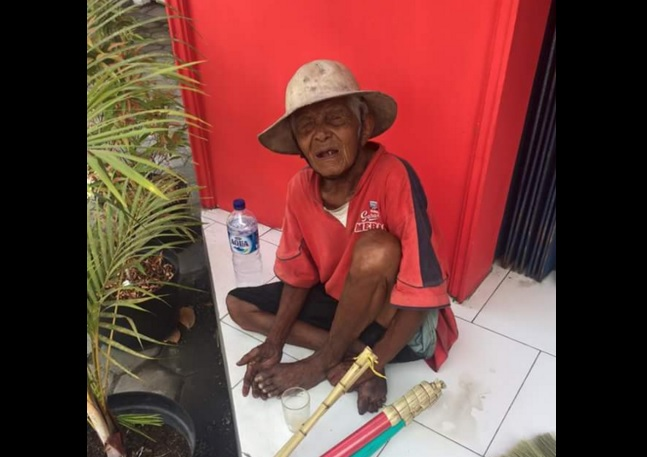 Kisah Mbah Atmo, dagang sapu dengan mengayuh becak di usia 90 tahun