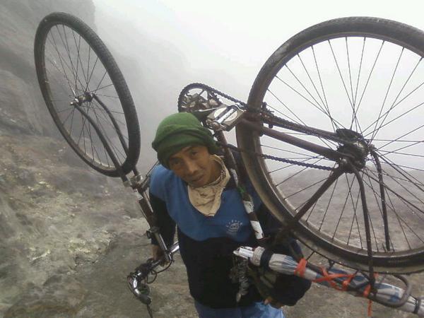 Dahsyat! Pria ini taklukan 27 puncak gunung dengan sepeda onthelnya