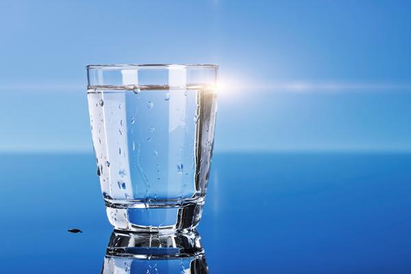 Ini 8 waktu terbaik minum air yang perlu kamu perhatikan