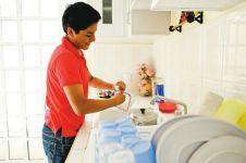 Ternyata mencuci piring bisa hilangkan stres, kamu wajib coba!