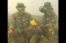 Pasukan TNI berbagi makanan saat padamkan kebakaran hutan tuai simpati