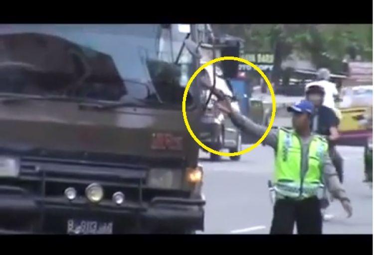 Duh miris! Video pungli oknum polisi masuk situs humor 9gag