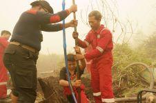 Mereka bekerja keras padamkan api di hutan Kalimantan Tengah, salut!