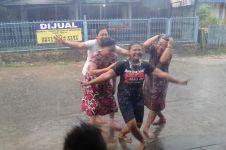 Potret kebahagiaan warga Kalimantan ketika turun hujan