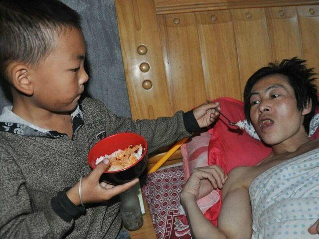 Kisah anak 7 tahun merawat ayahnya yang lumpuh seorang diri, sedih...