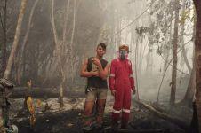 Anak punk ini ikut padamkan kebakaran hutan tanpa alas kaki, salut!