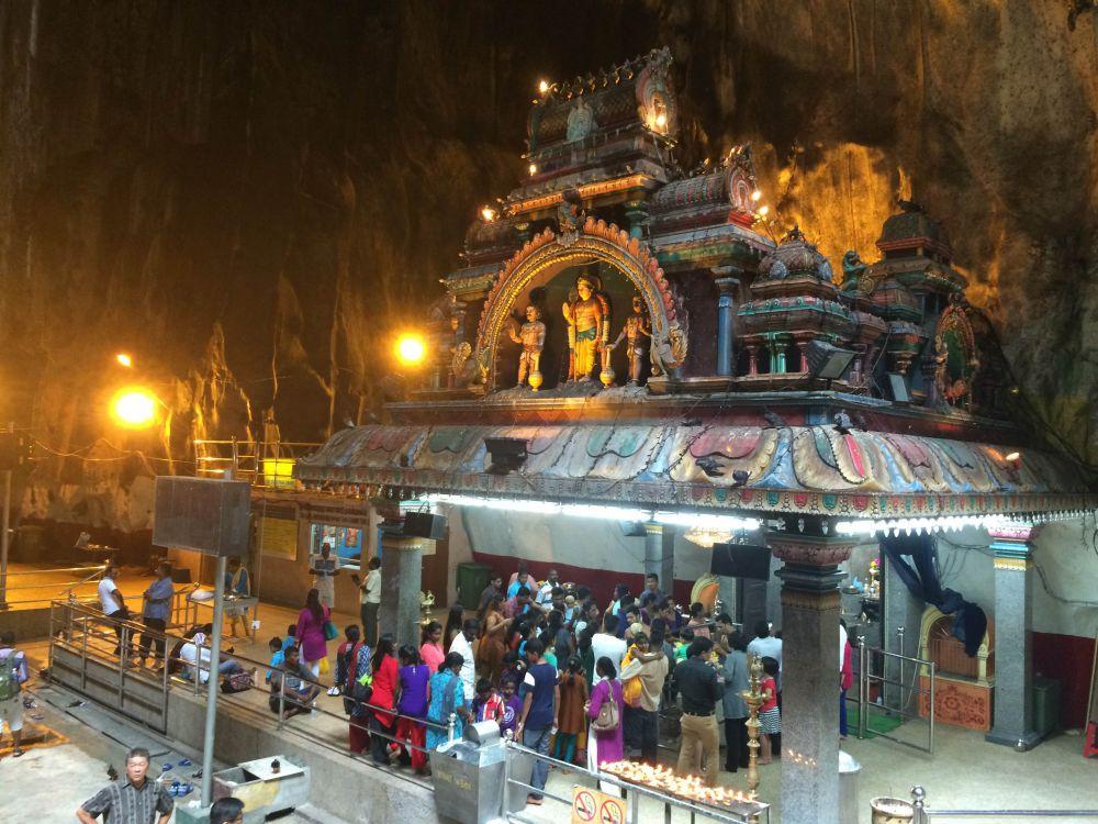 spot ini merupakan kuil hindu tamil yang paling kesohor di malaysia sebuah patung dewa murugan setinggi 42 meter dengan lapis emas bakal membuat kamu