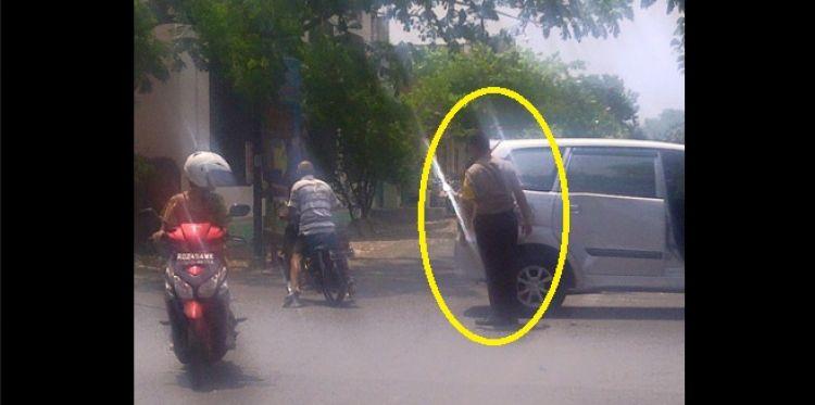 Mobilnya ditabrak, polisi ini tak marah dan malah bantu pengendara
