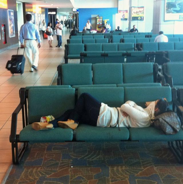 Kamu terjebak delay pesawat? Lakukan 10 hal ini, dijamin jadi ceria