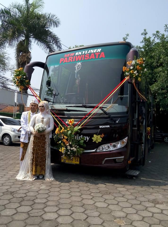 Pasangan pengantin ini akad nikah di dalam bus yang melaju