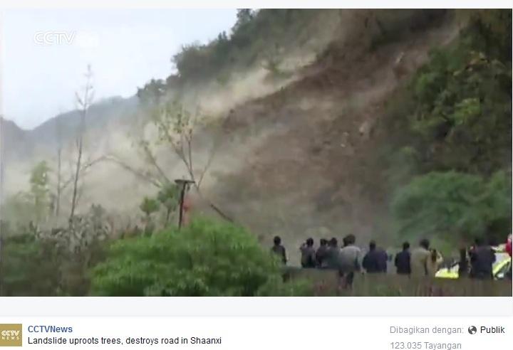 VIDEO: Bongkahan batu dan tanah runtuh menimbun jalan, ngeri!