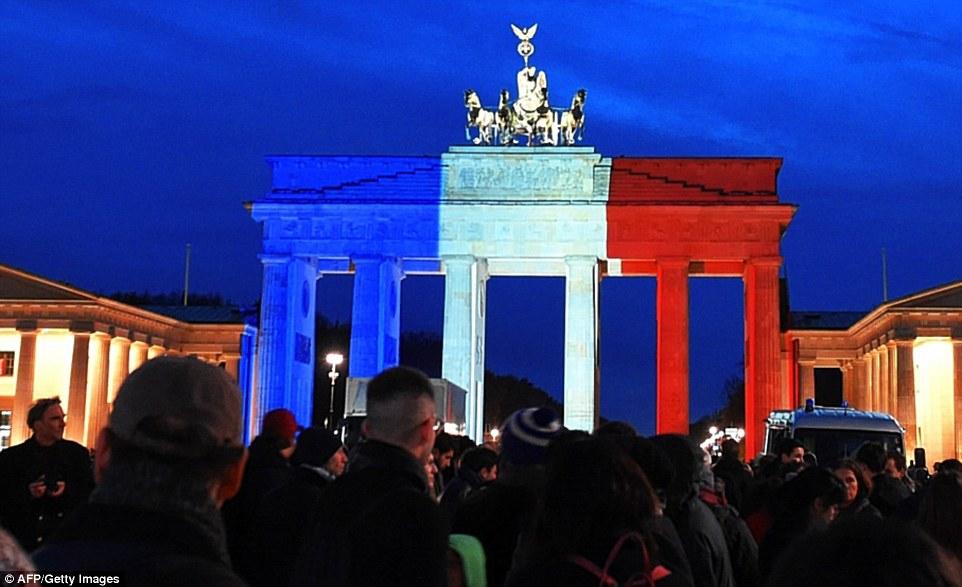 Bangunan dunia ini tunjukkan solidaritas untuk Prancis