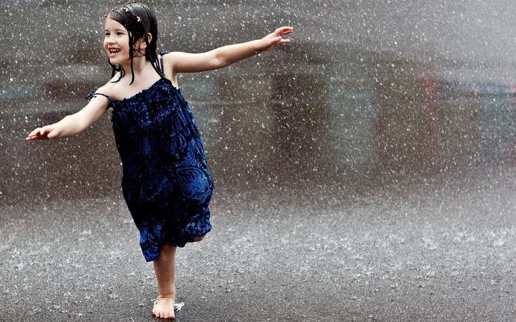 7 Mitos tentang hujan, dari lempar kolor sampai dilarang mandi