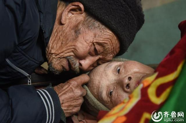 Ini wujud cinta sejati, suami setia rawat istri lumpuh selama 57 tahun